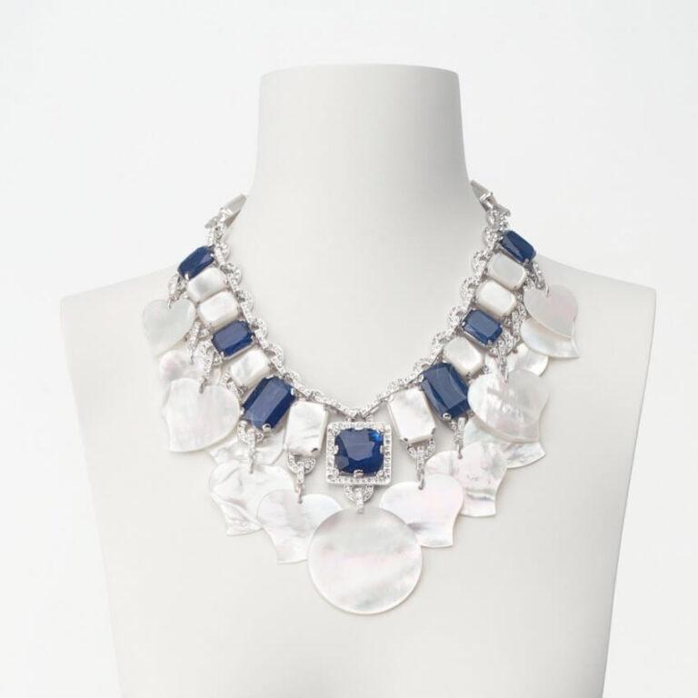 Collana girocollo bianco blu