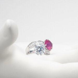 anello contrarié zirconi rubino