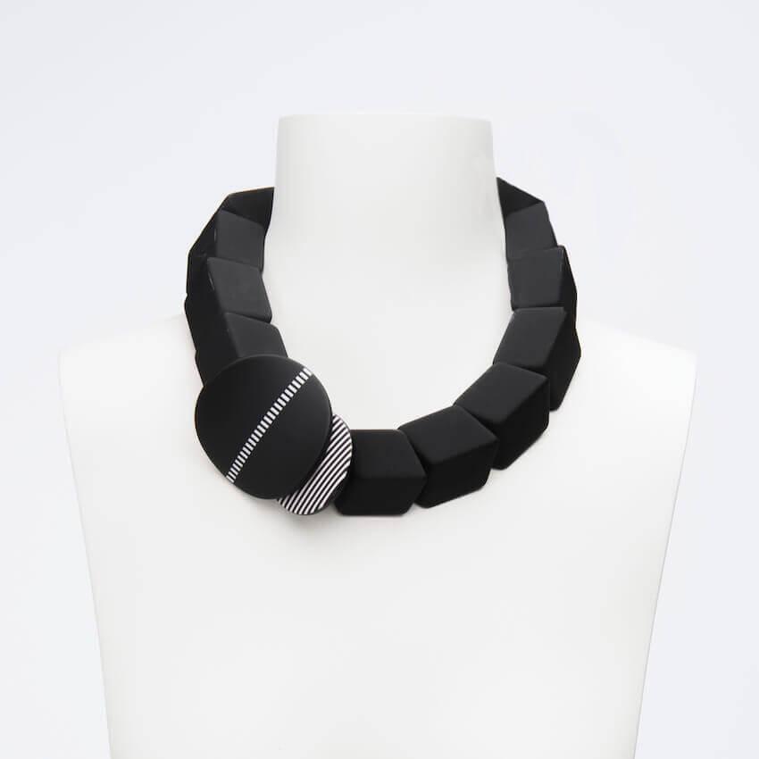 selezione migliore 40214 ff96d Collana girocollo colore nero e bianco