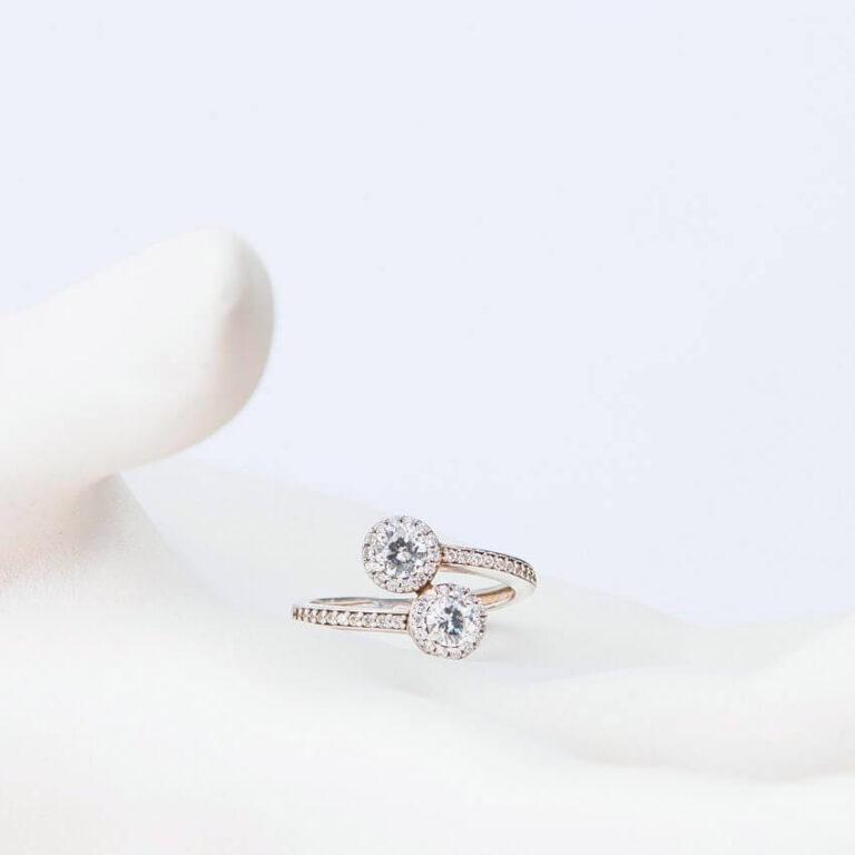 Anello contrariè in argento con zirconi a corona