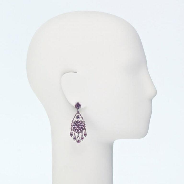 orecchino perno ricamo cristalli bordeaux