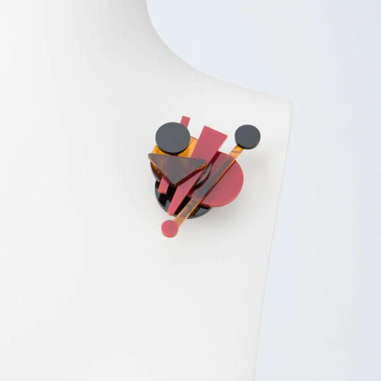 spilla design rosso nero ambra
