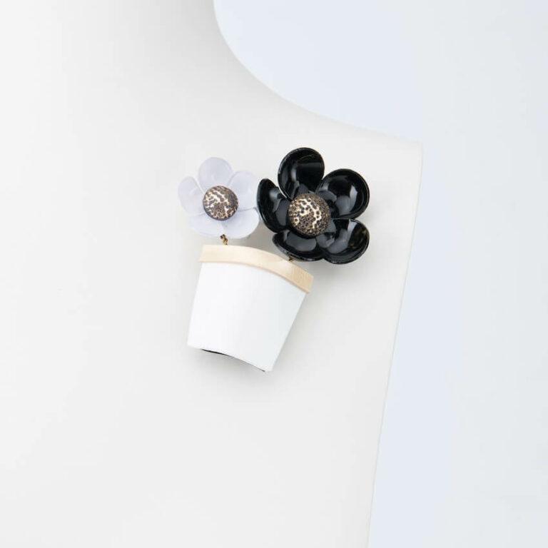 spilla vaso fiori bianco nero