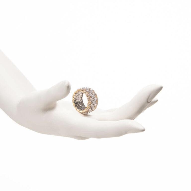 Anello a fascia traforata in argento e zirconi