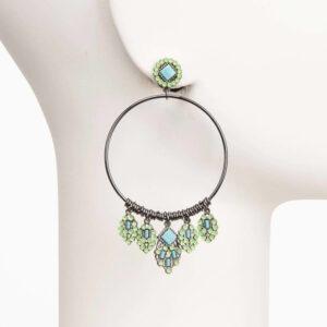 Orecchino a cerchio con charms in resina e cristalli verdi e azzurro