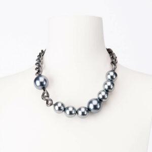 Collana girocollo catena brunita e perle grigie