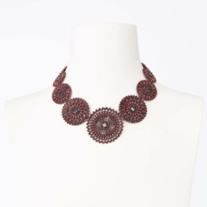 Collana girocollo motivo arabesco bordeaux madreperla grigia