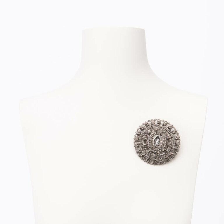 Spilla motivo arabesco cristalli grigi argento fumè 2
