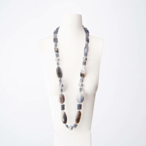 Collana lunga resina perle grigie pietra dura 1