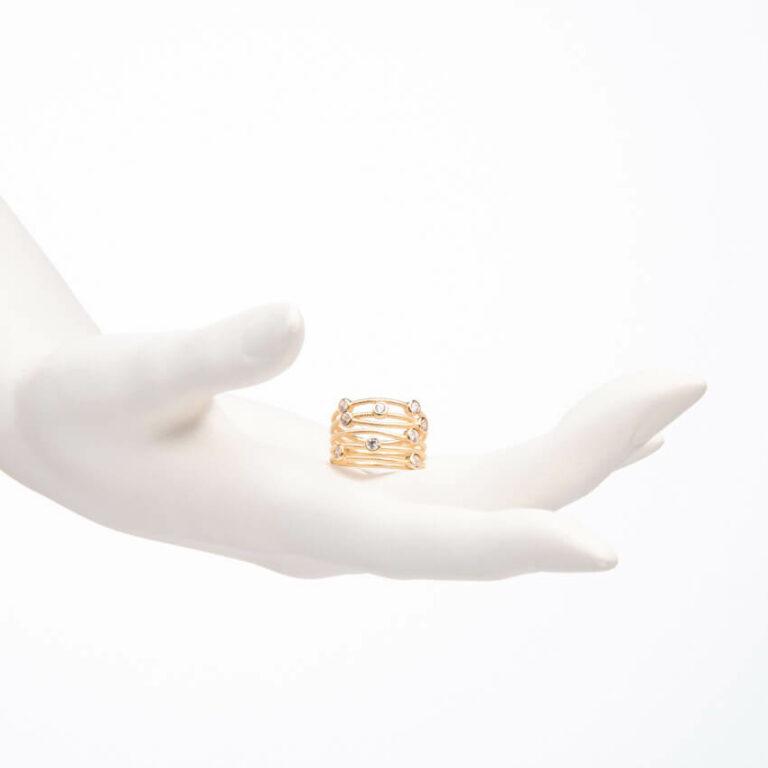 Anello a fascette oro intrecciate con zirconi bianchi 2