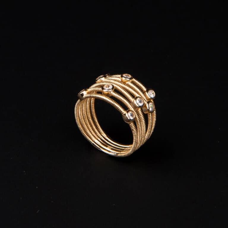 Anello a fascette oro intrecciate con zirconi bianchi 7