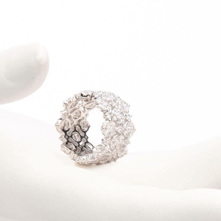 Anello a fascia a motivi floreali colore argento 1