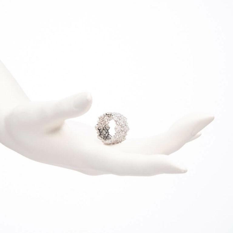Anello a fascia a motivi floreali colore argento 2