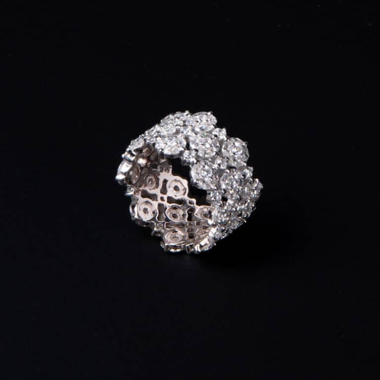 Anello a fascia a motivi floreali colore argento 4