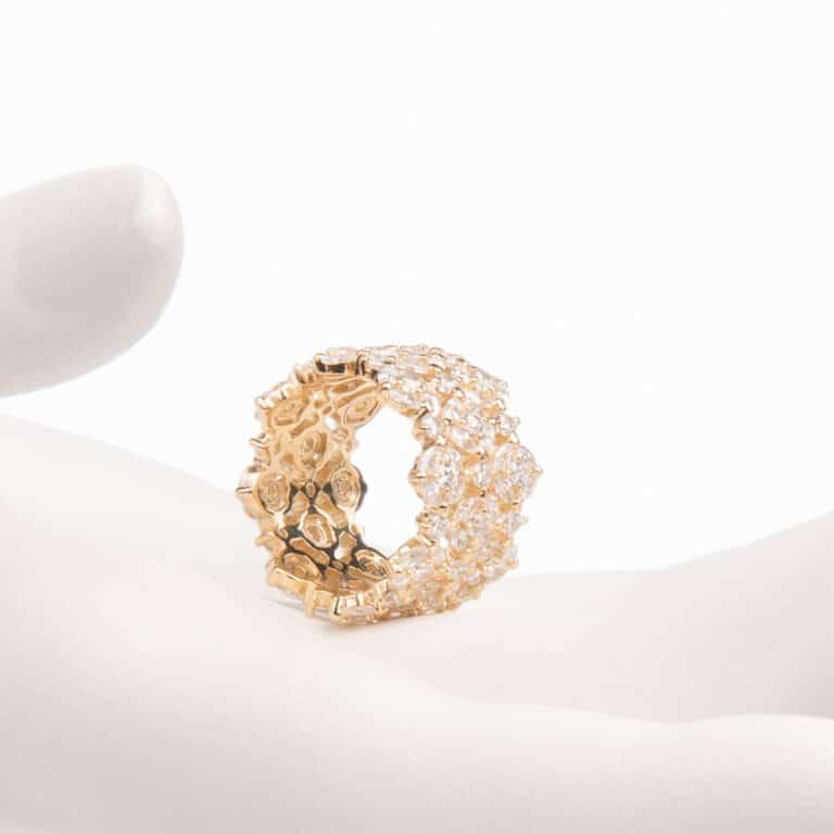 Anello a fascia a motivi floreali colore oro