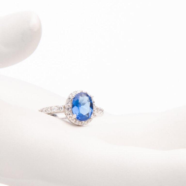 Anello pietra centrale taglio ovale blu zaffiro 1