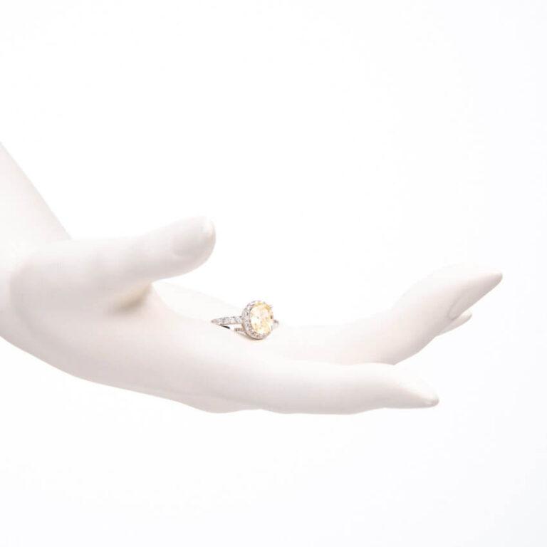 Anello pietra centrale taglio ovale giallo canary 2