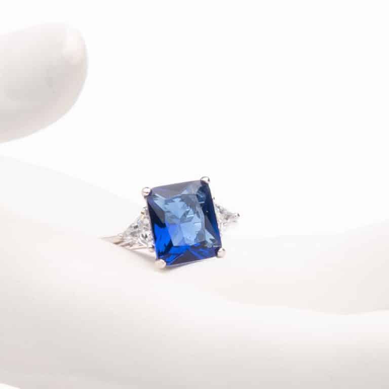 Anello pietra centrale taglio rettangolare blu zaffiro 1