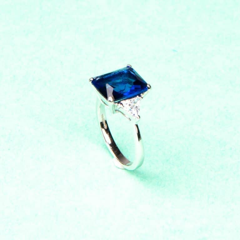 Anello pietra centrale taglio rettangolare blu zaffiro 6