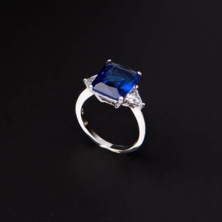 Anello pietra centrale taglio rettangolare blu zaffiro 7