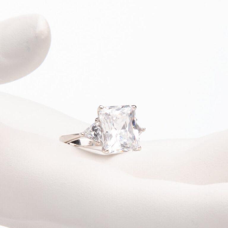 Anello pietra centrale taglio rettangolare crystal 1