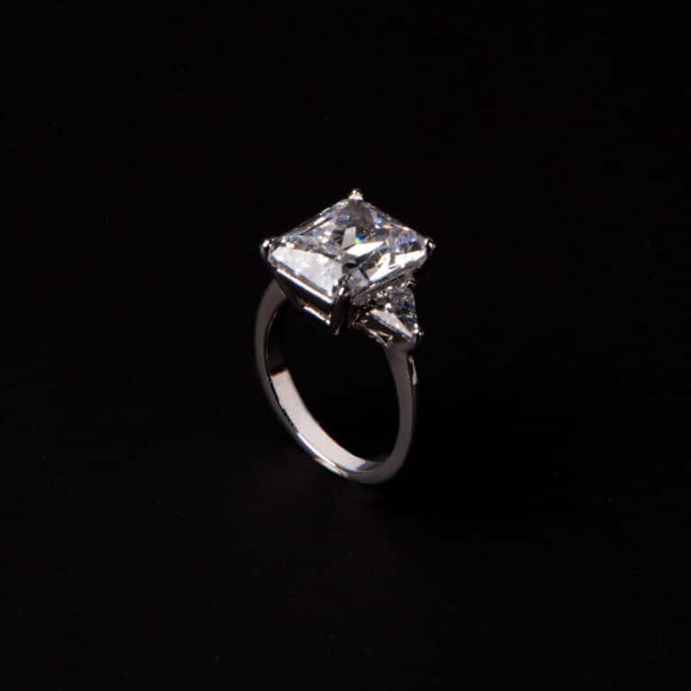 Anello pietra centrale taglio rettangolare crystal 6