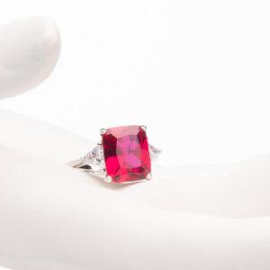 Anello pietra centrale taglio rettangolare rosso rubino