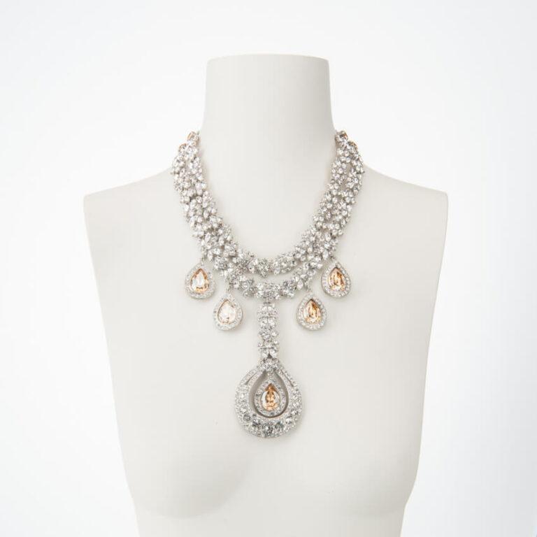 Collana girocollo con motivi pendenti cristalli cognac 2