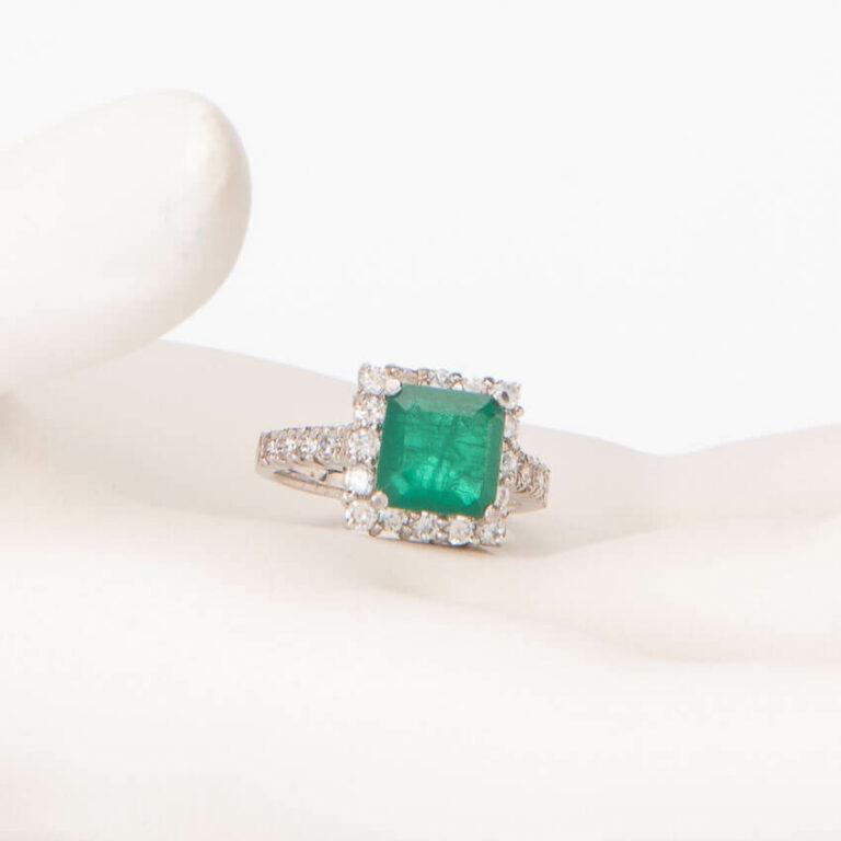 Anello solitario centrale verde smeraldo taglio carrè