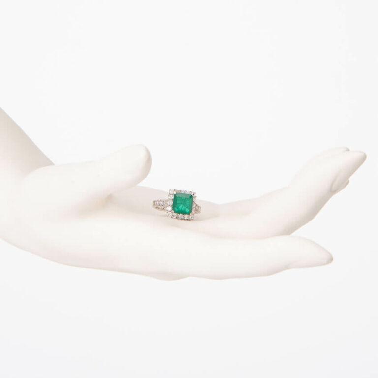 Anello solitario centrale verde smeraldo taglio carrè 2