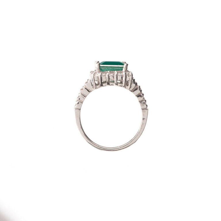 Anello solitario centrale verde smeraldo taglio carrè 3