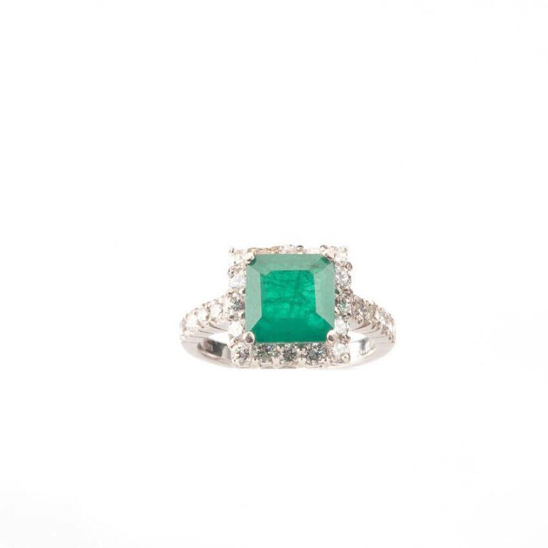 Anello solitario centrale verde smeraldo taglio carrè 5