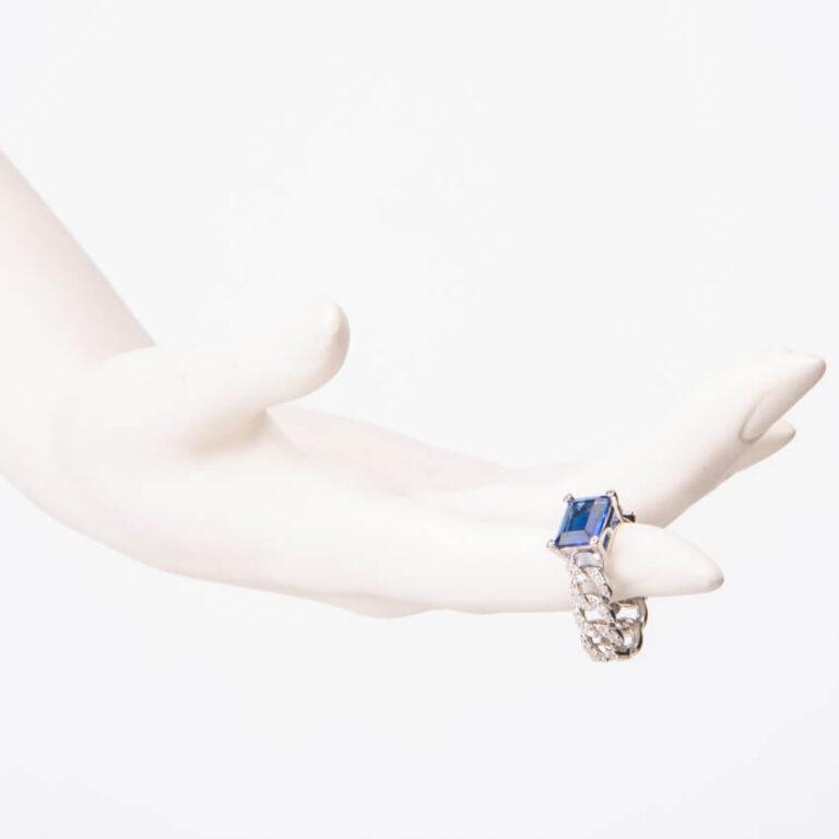 Anello modello groumette pietra centrale baguette blu zaffiro 2
