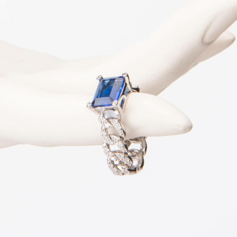 Anello modello groumette pietra centrale baguette blu zaffiro