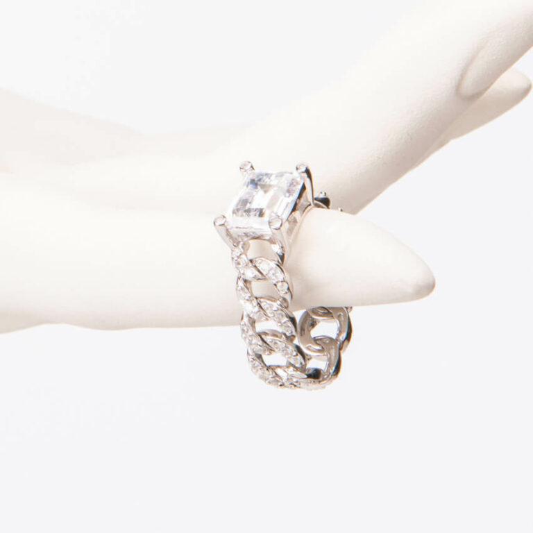 Anello modello groumette pietra centrale baguette